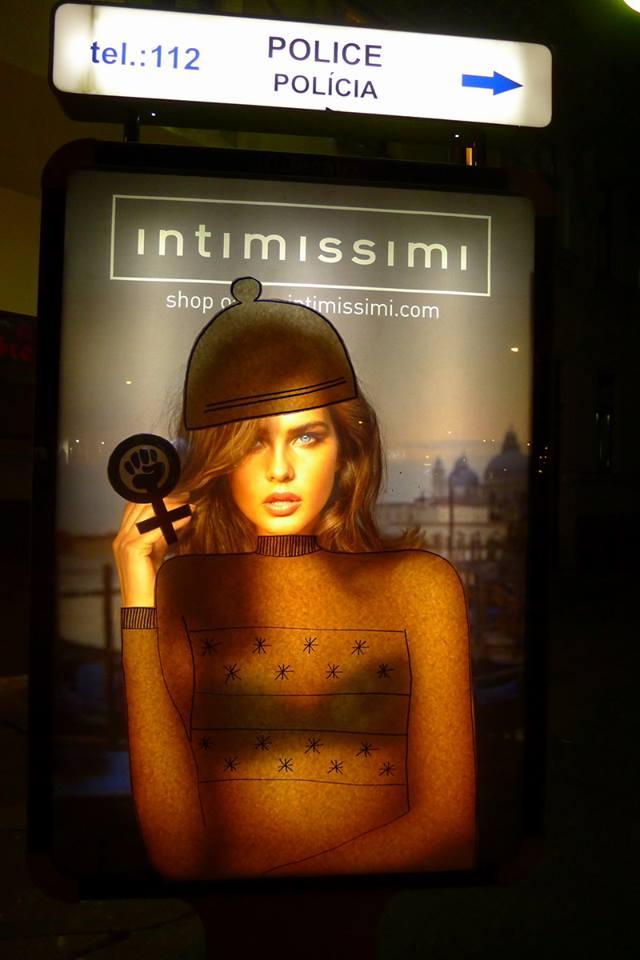 1aeb7b334238 Žena nie je tovar  aktivistky obliekli modelky do svetrov ...